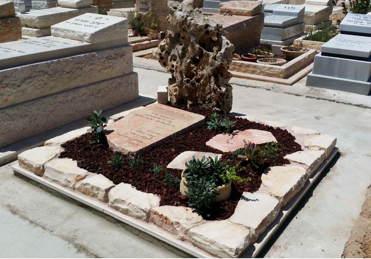 תמונה של מצבה מיוחדת זוגית עם אבן טבעית וצמחים