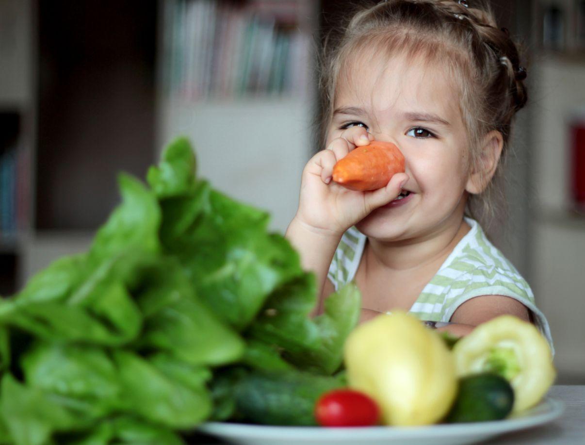 דיאטנית ילדים | ילדה אוכלת ירקות
