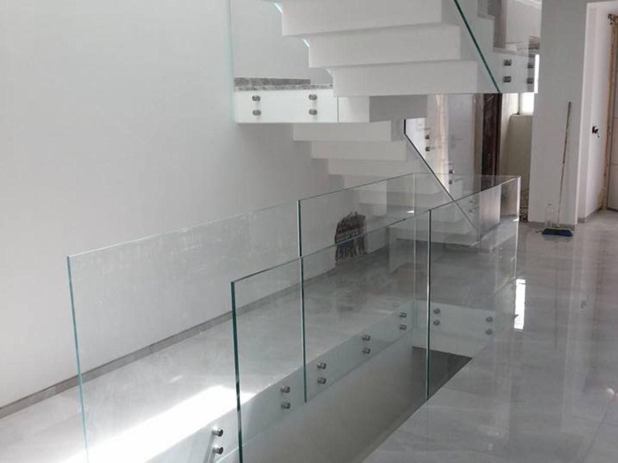 מעקה זכוכית בשילוב מנטים