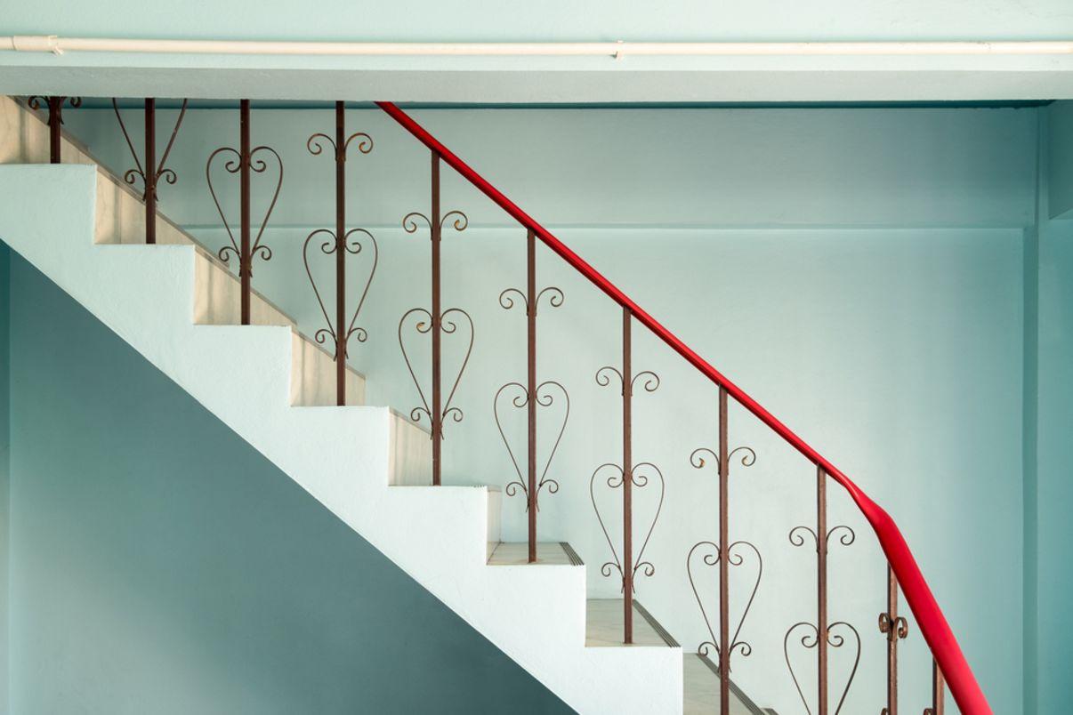 צביעת מעקה בחדר המדרגות