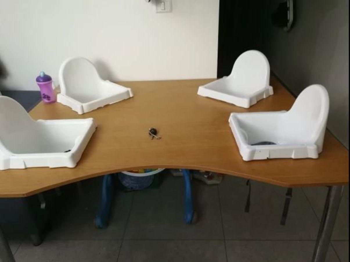 נגרות בהתאמה אישית | שולחן אוכל עם 4 כיסאות תינוק מובנים