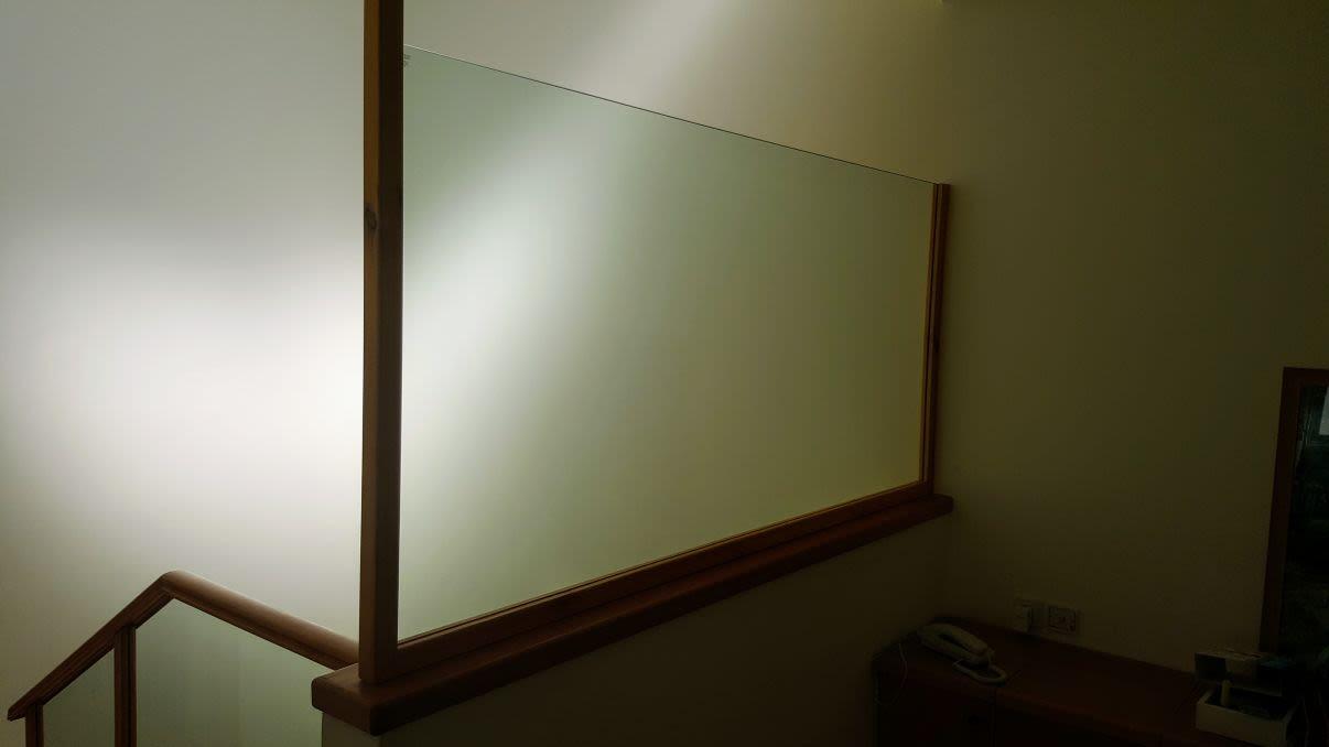 מעקה זכוכית מחיר