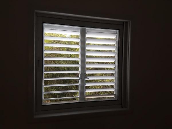 חלון כיס כולל תריס לחדר מגורים
