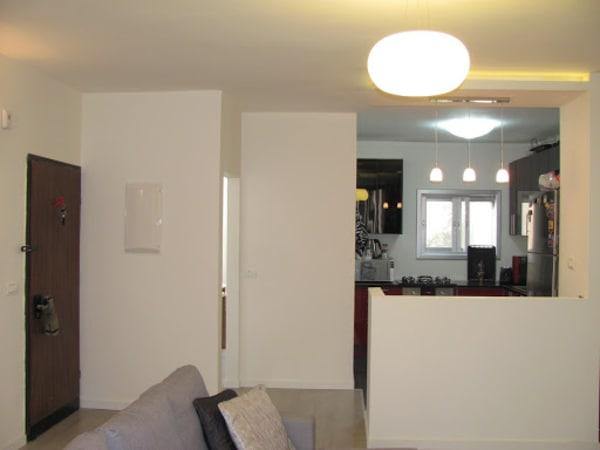 מבט למטבח מהסלון. קירות גבס ליצירת חצי חדר + גבס להכנה לדלפק במקום קיר שהיה.