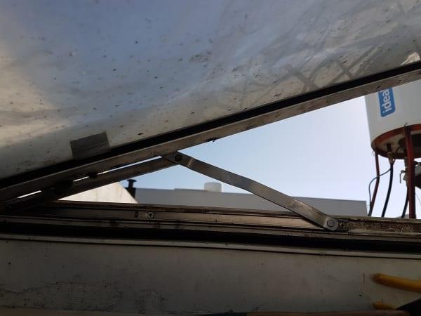 הצירים המחזיקים את החלון התעקמו.