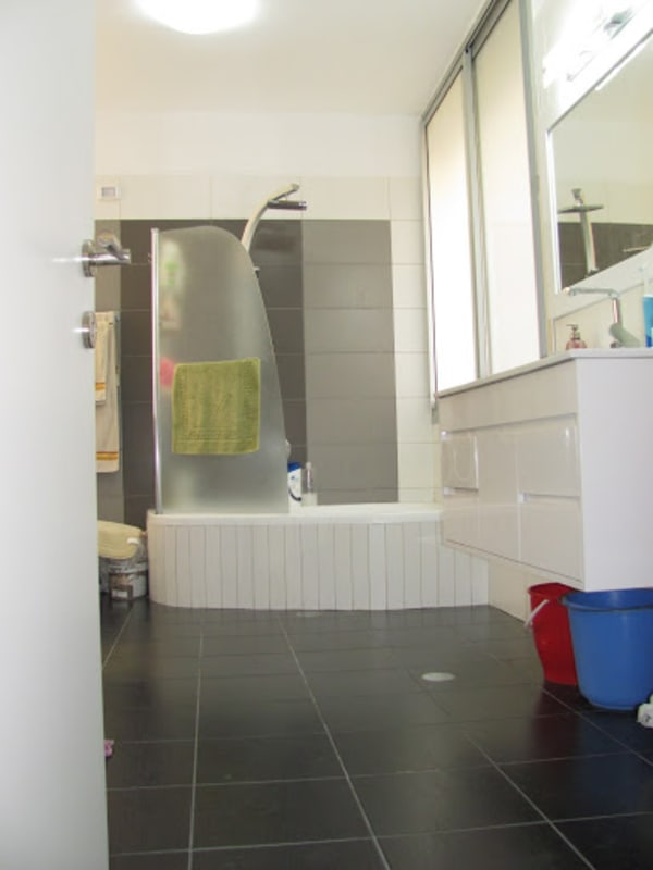 אמבטיה לאחר שיפוץ. איחוד של חדר שירות עם אמבטיה