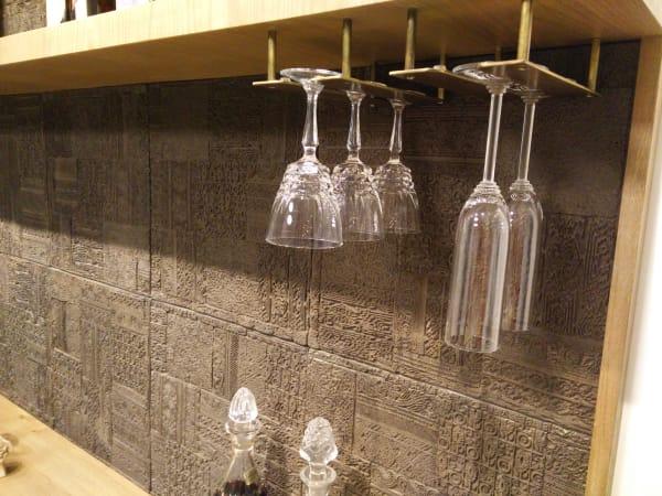 אריחי בטון עבודת יד בדוגמא של חותמות הודיות כרקע לארון משקאות