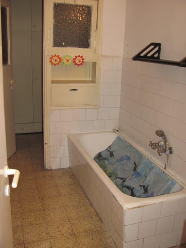 אמבטיה לפני שיפוץ. אמבטיה וחדר שירות, שברנו את הקיר וקיבלנו חדר אמבטיה גדול