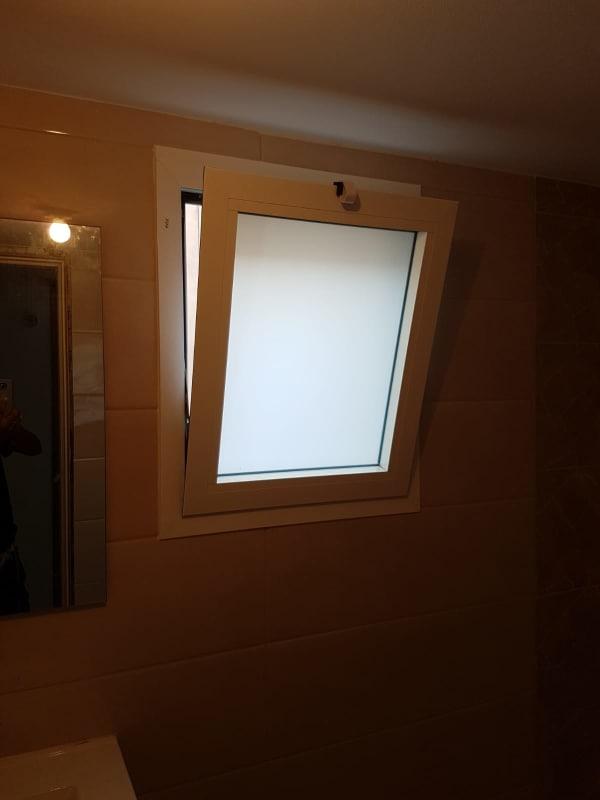 חלון חלבי למקלחת