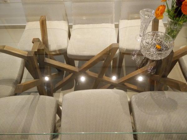 רגלי השולחן מבעד לזכוכית