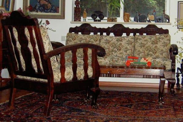 הספה והכורסא בריפוד הישן. הכריות הוחלפו (עשב ים) בספוג קשיח. גודל הכרית מאפשר לראות את העיצוב של הקישוטים החרוטים בעץ.