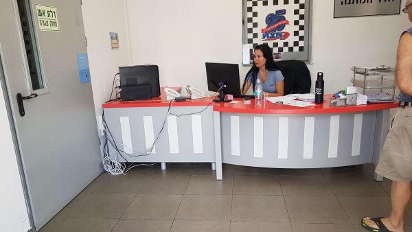 שולחן קבלה בחברת א.צ.מ. אבזור מכוניות לנכים
