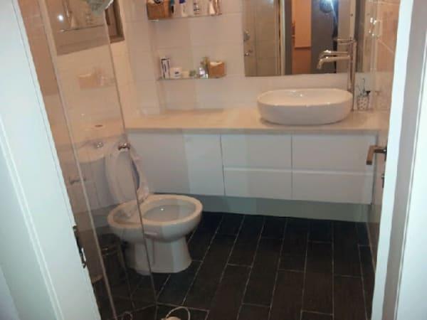 עיצוב והרכבה של ארונות בחדר האמבטיה