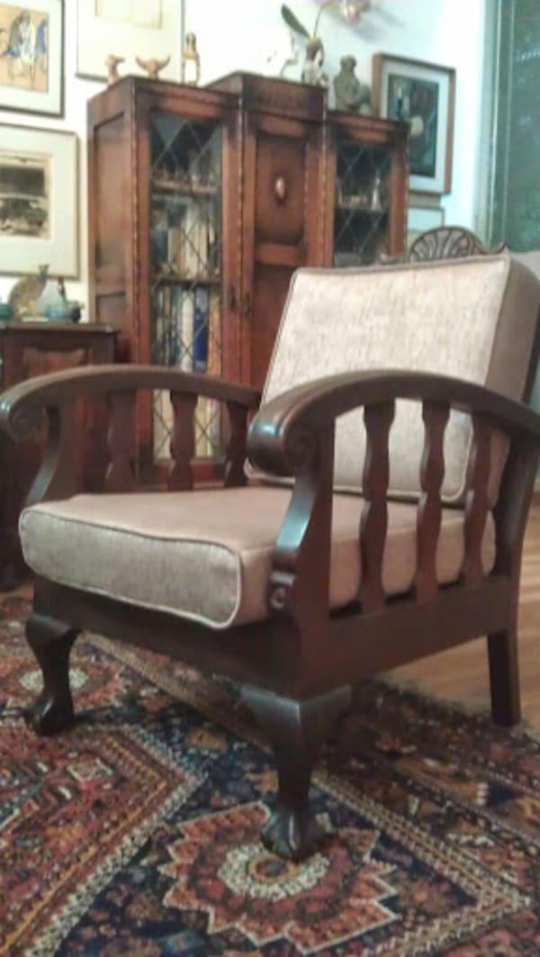 """כורסא (אחת מתוך שתיים). גם לאחר התיקון של הרפד - המידות שגויות הבסיס בולט מאוד ממסגרת הכורסא. הגב כשיח, אינו """"מתחבר"""" לכרית הישיבה (נראה כאילו פס רווח שחור) כרית המשענת קשיחה, מסתירה את עיצוב הרהיט."""