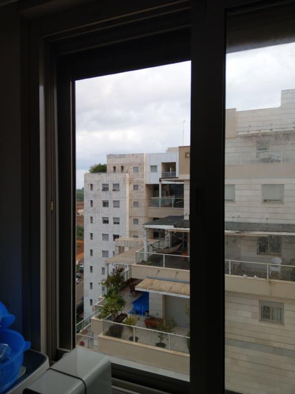 רשת שקופה בחלון המטבח