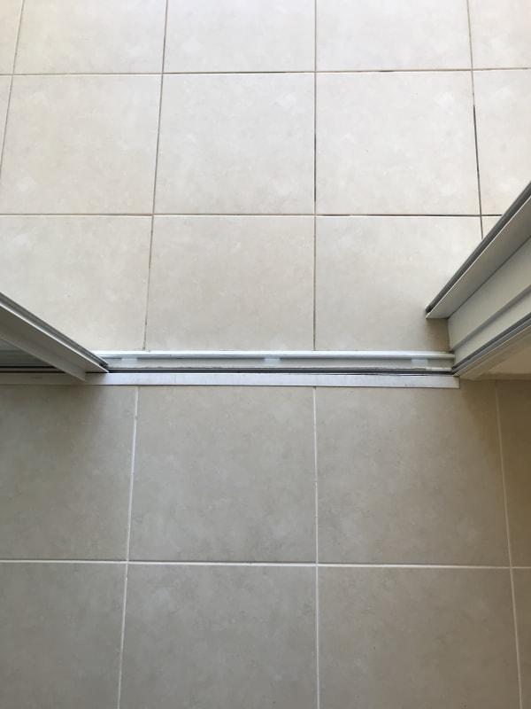 ההבדל בין החריצים של המרצפות בבית לבין המרפסת