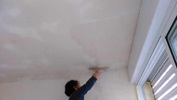 מריחת שפכטל על התקרה