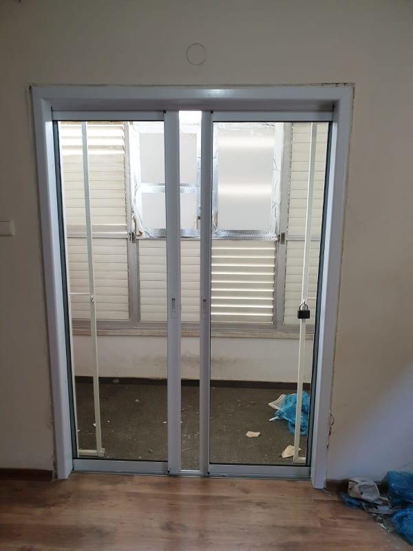 החלפת דלת ישנה לחדשה אטומה לרוח . עבודה נקייה ומעולה!!
