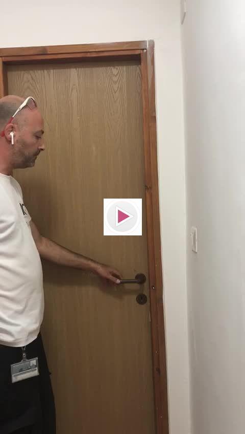 דלת שרותים נסגרת היטב לאחר תיקון