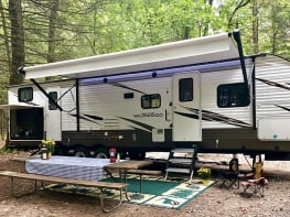 Brand new, beautiful 2018 Forest River Wildwood 32BHDS travel trailer! Delivery Available!