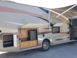 Thor Hurricane 34J -Live Satellite TV, outdoor TV-kitchen-frig, sleeps 10 w bunks, dog friendly