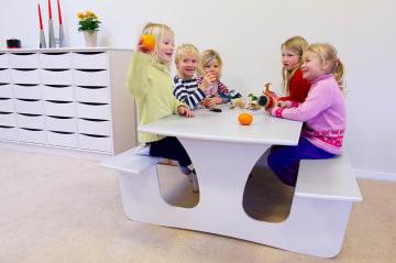 Vegghengt bord med benk, 140 cm, Bordhøyde: 57 cm