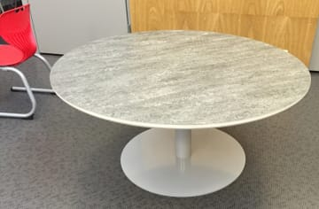 Rundt bord med søylefot og støydempende linoleum, Ø110cm.