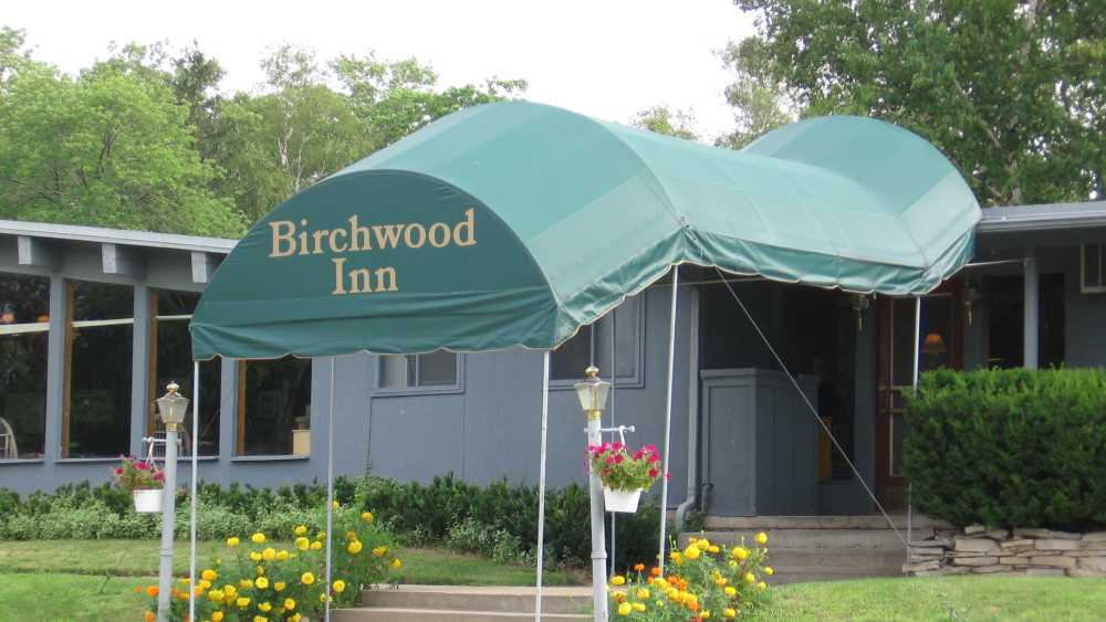 Birchwood Inn Entrance - 2272.JPG