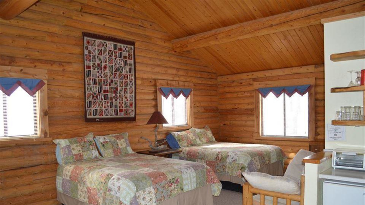 This cabin has 2 queen beds, kitchenette, and full bath.  I can be rented by itself or along with the adjoining Aspen North cabin.