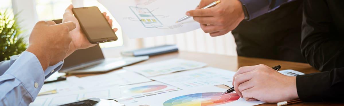 Viser hender og plansjer for brukertesting