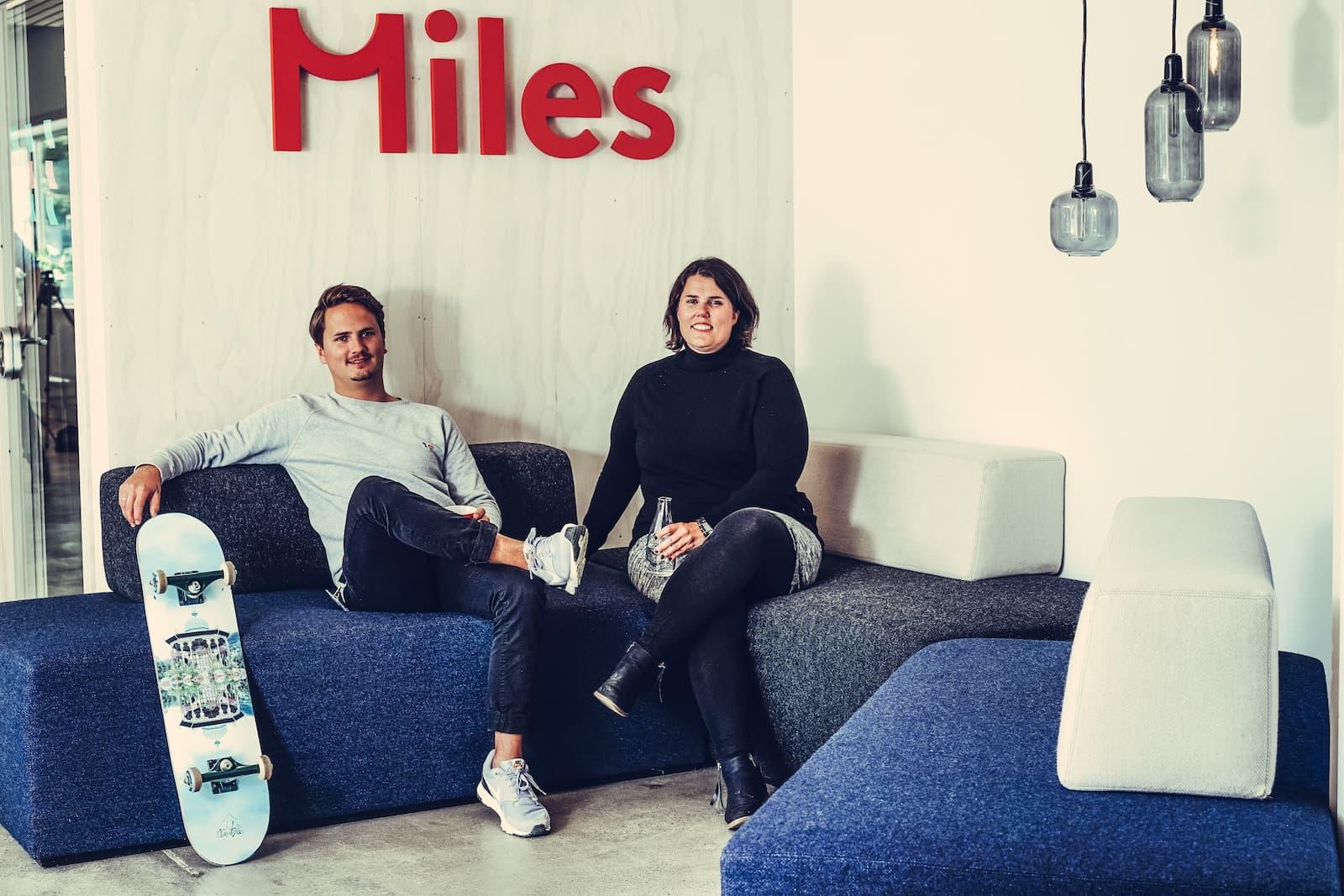 Alexander Valland Strømme og Caroline Gannefors i Miles sin UX-avdeling i Bergen