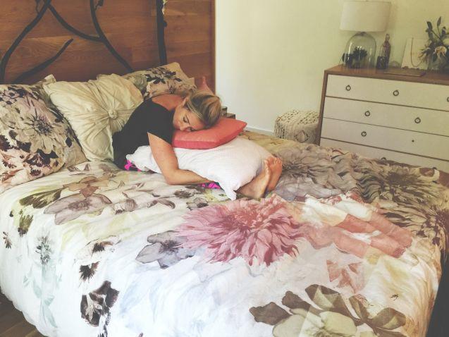 pillow forward bend - gerakan yoga sebelum tidur