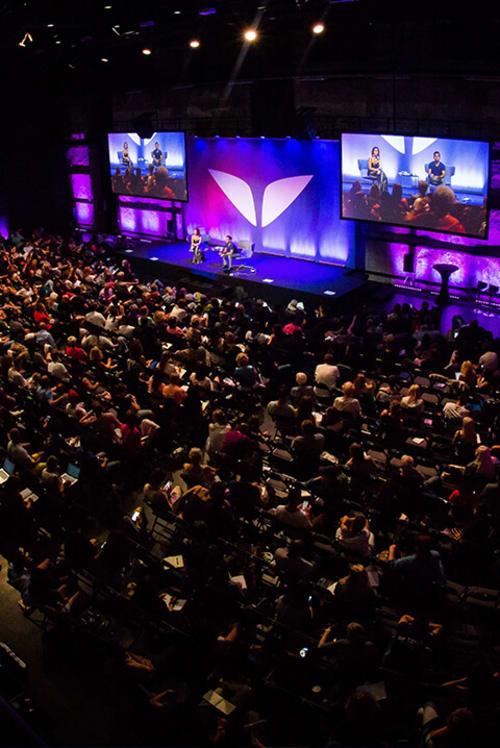 Vishen entrena a 500 personas en Tallin, Estonia, con el Método Silva de ultracontrol mental