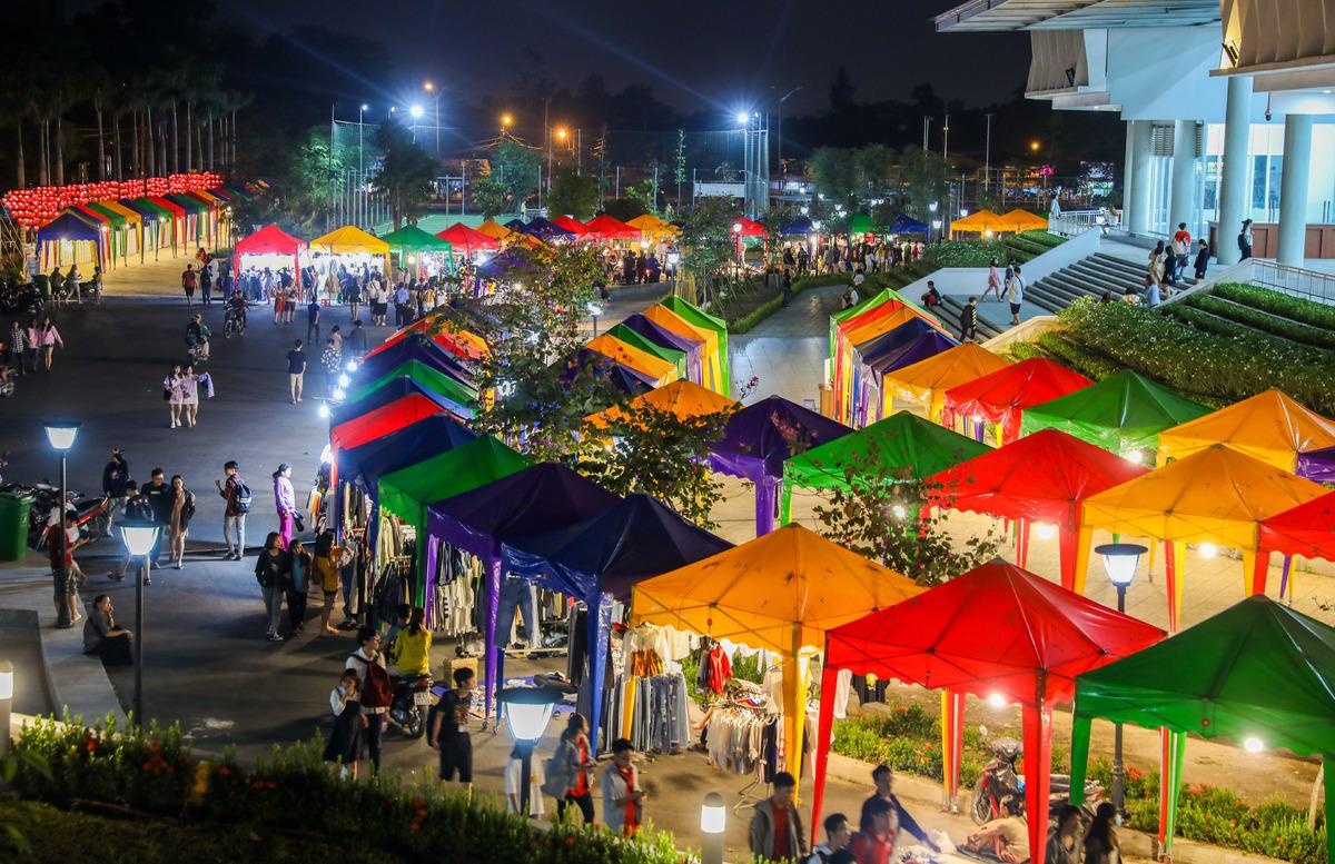 (Nguồn: thanhnien.vn)  Chợ đêm