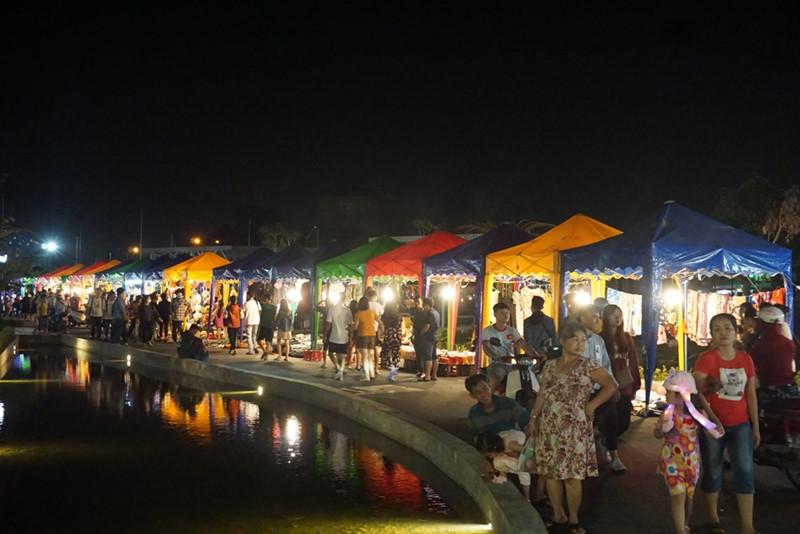 (Nguồn: thanhnien.vn)  Quang cảnh nhộn nhịp nơi Chợ đêm