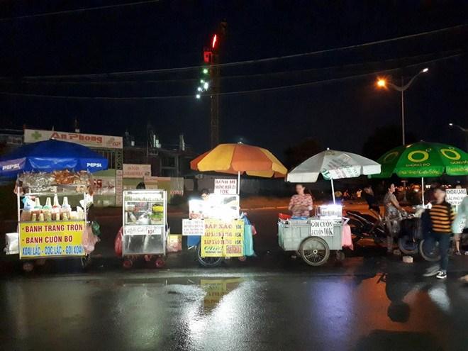 (Nguồn: sinhvienplus.vn)  các hàng quán xe đẩy với các món ăn vặt