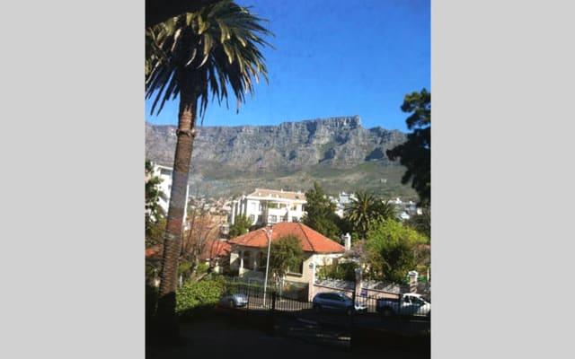 Art Deco apartment facing Table Mountain