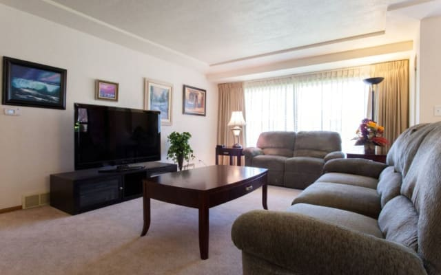 Sunny and Comfy Tabor 2 Bedrooms - 1100 Sq Ft w/Central Heat!
