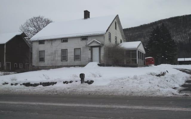 Antigua casa de labranza en el país