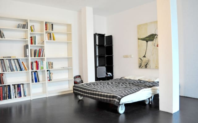 Room with garden in a modern studio flat in Colognes hip area...