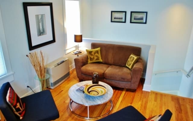 Contemporary, clean 2 B/2 B 3 blocks from Plaza w/AC
