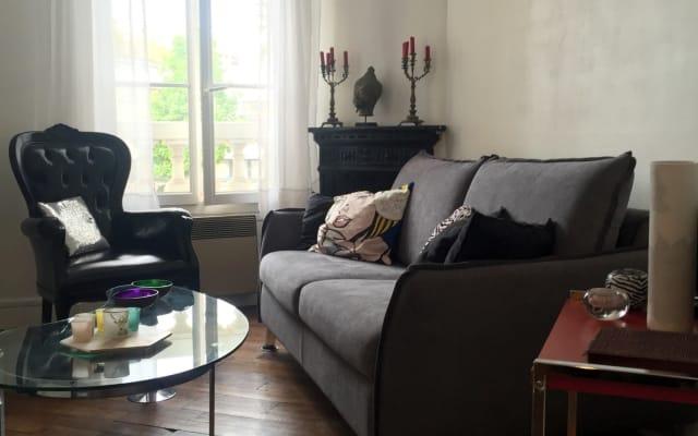 Schlafsofa im Wohnzimmer in der Nähe von Sacré-Coeur