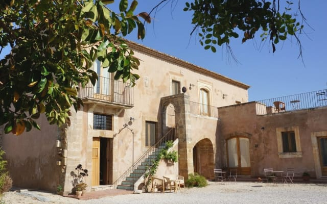 Historical building, independent accommodations,country side 6km to Sr