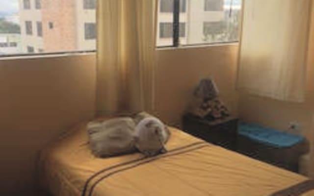Quarto acolhedor em apartamento confortável