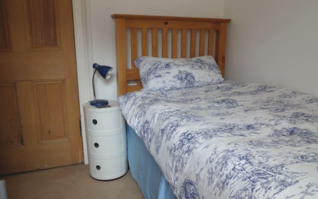 aconchegante, pequeno quarto de solteiro com cama de solteiro