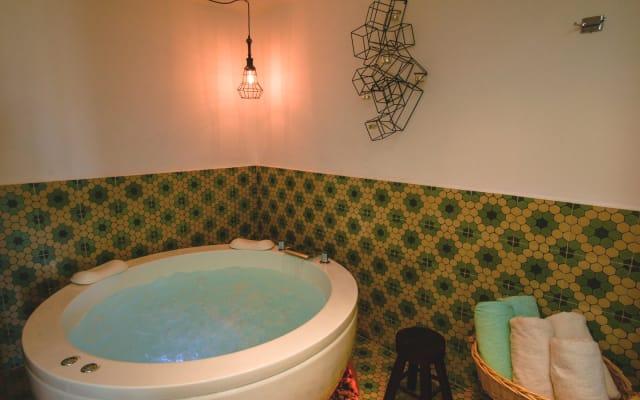 Modern 1 bedroom luxury condo with Jacuzzi