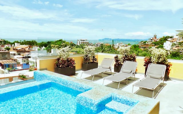 Romantic Zone , NO hills or stairs Elevator Minutes to Beach, Malecon