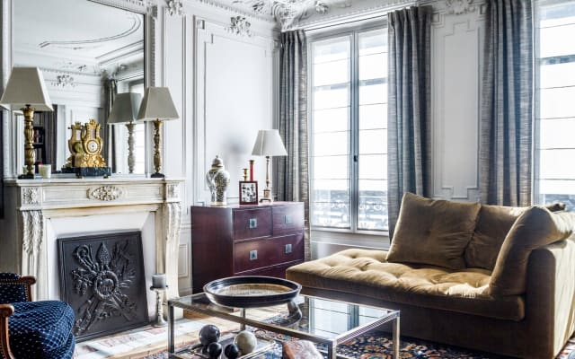Room in a traditional parisian style flat (75 m²) .