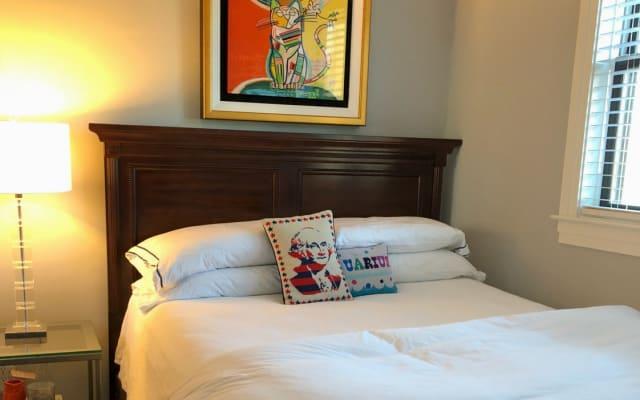 Camera da letto nel nuovo condominio moderno in Logan Circle