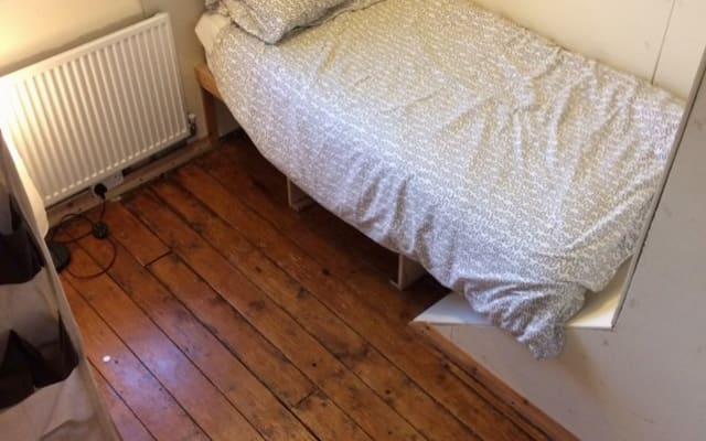 1 small single room in large 5 bed house